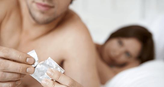 Mann, der Oralsex auf Frauen durchführt